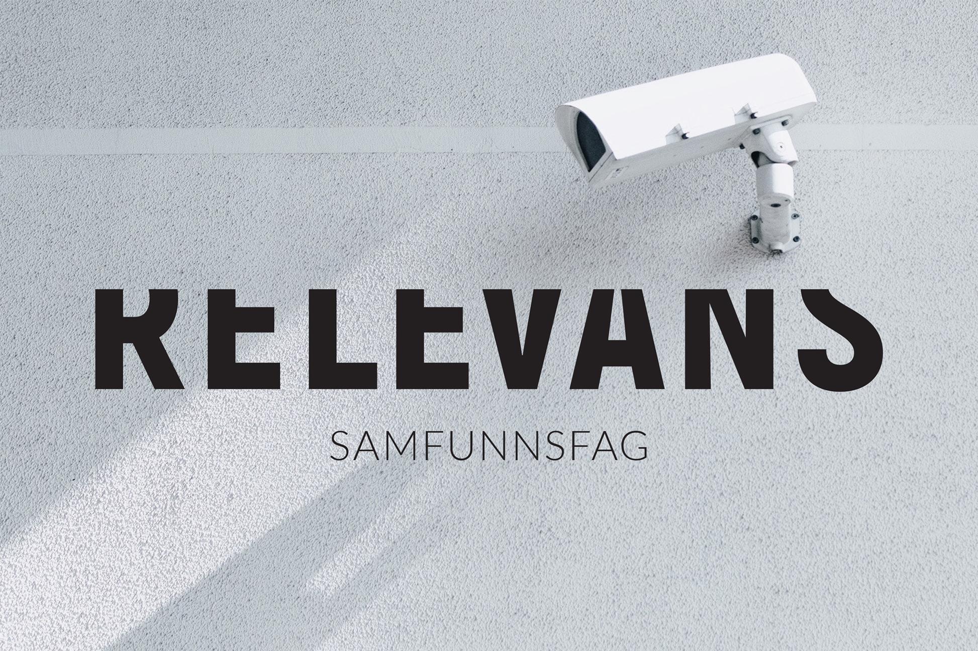 Relevans-logo i sort på foto av overvåkningskamera.