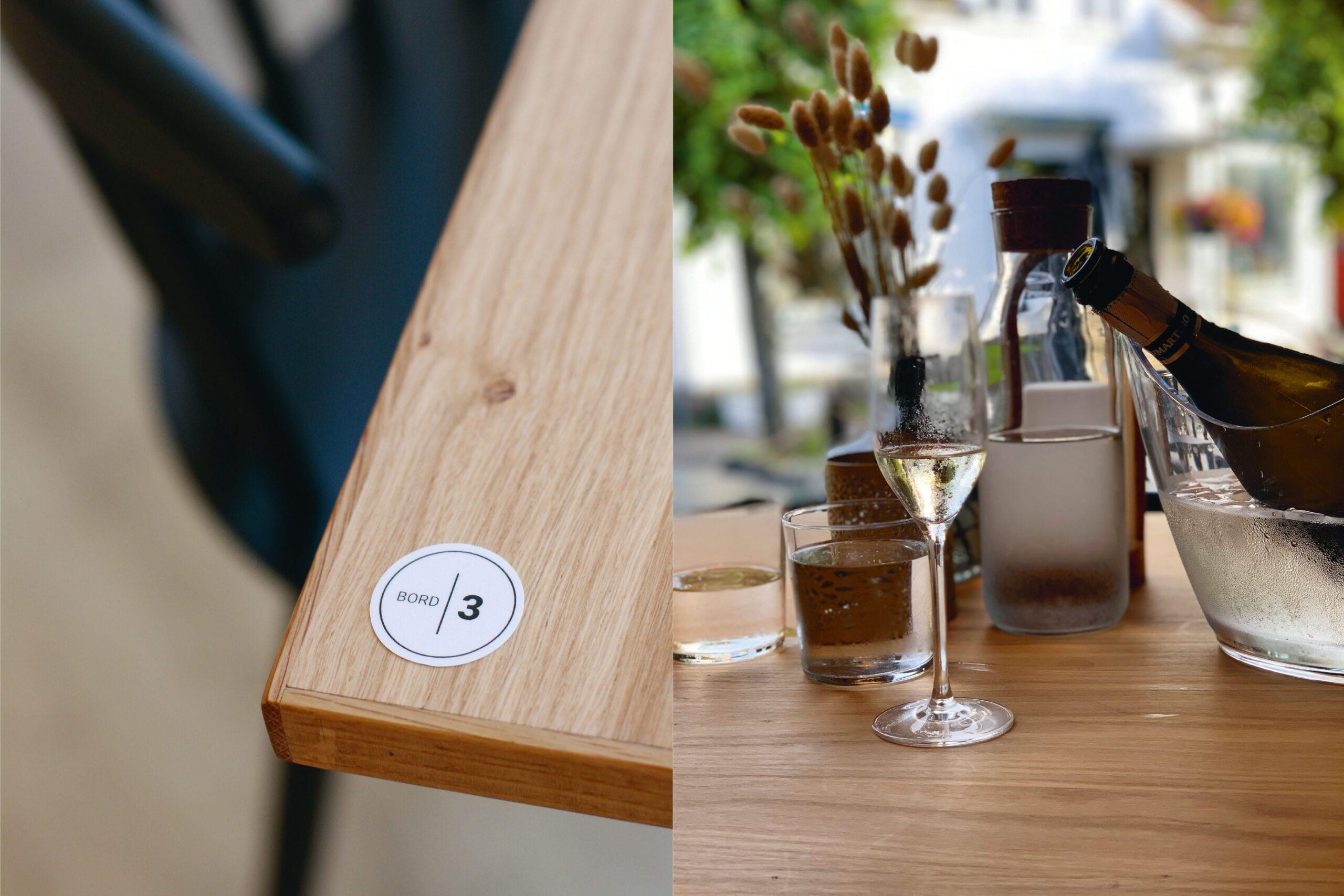 To bilder. Til venstre detalj av eikebord med bordnummerering. Til høyre glass og vinflaske på eikebord med utsikt ut.