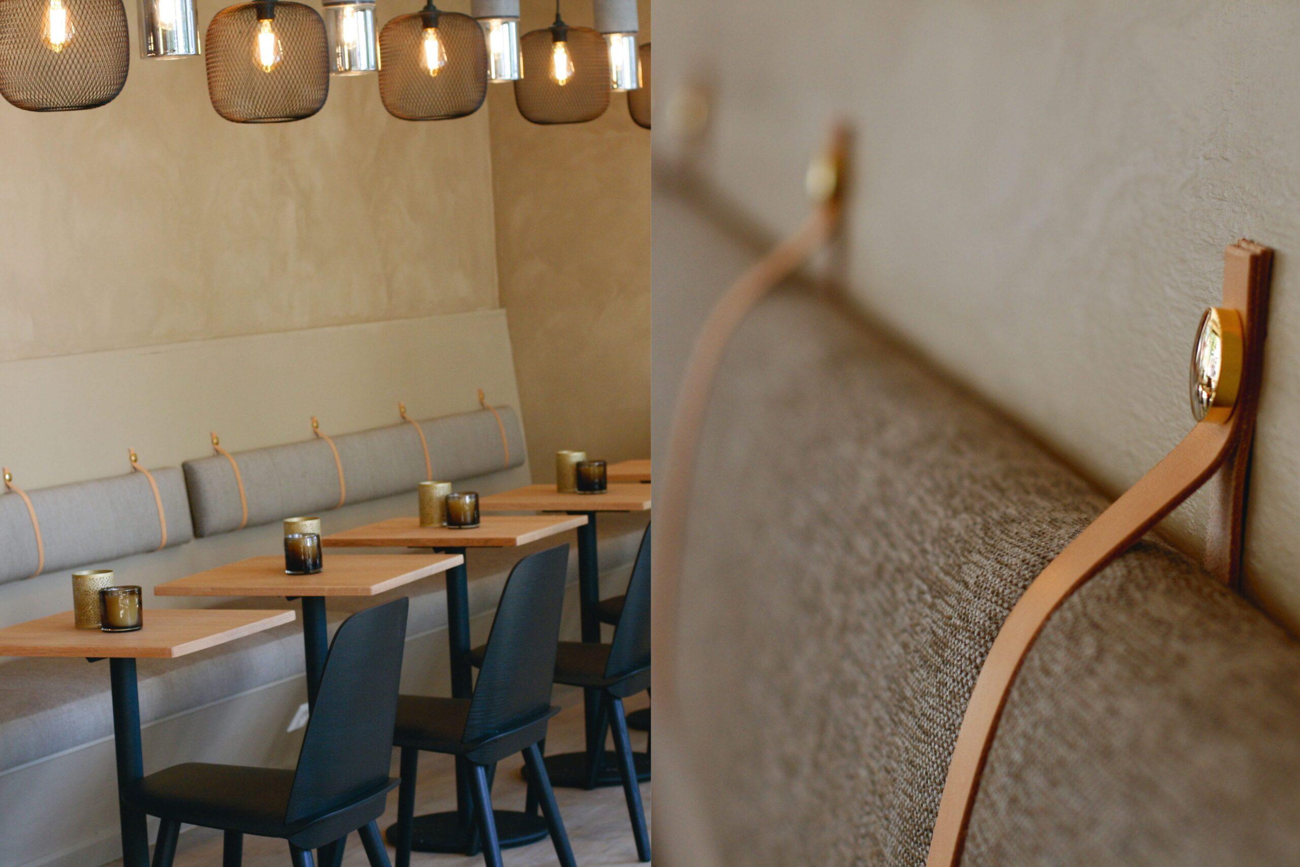 Beige plassbygget sofa langs vegg med eikebord inntil.