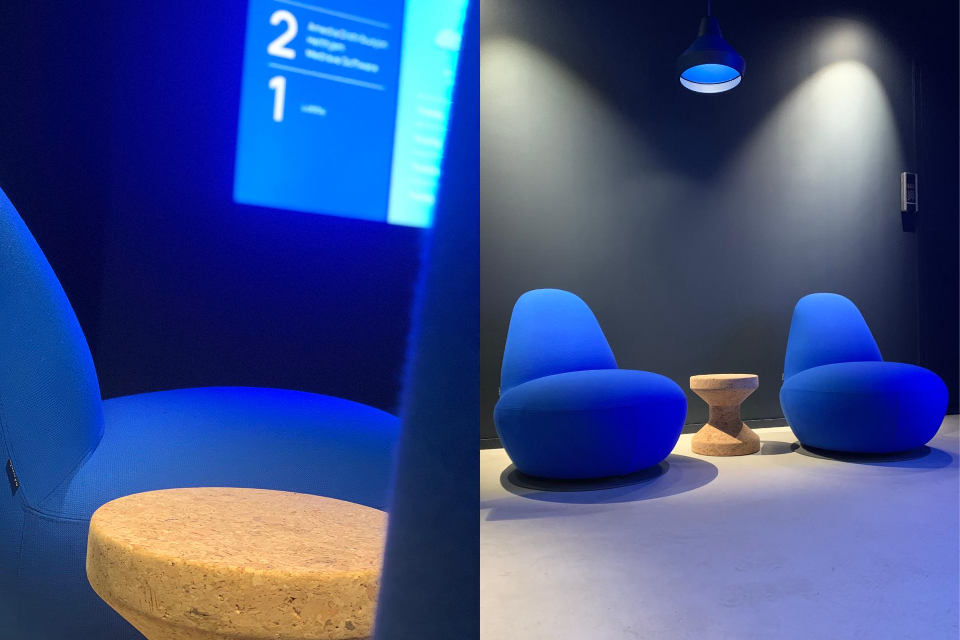 Knallblå stoler i kontorlobby