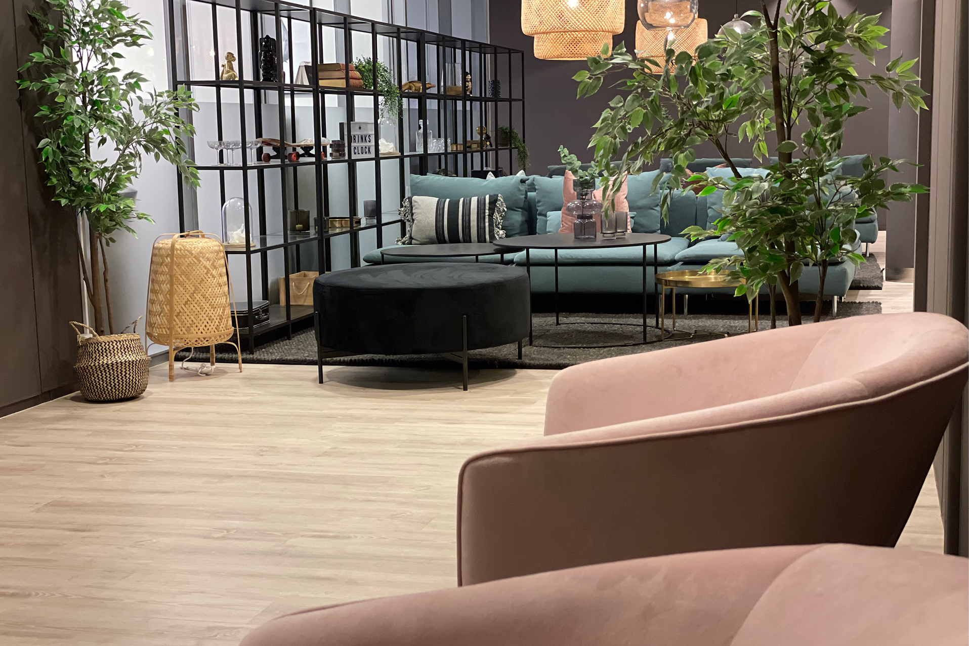 Stor åpen sosial sone i kontorbygg med sofaer og lenestoler