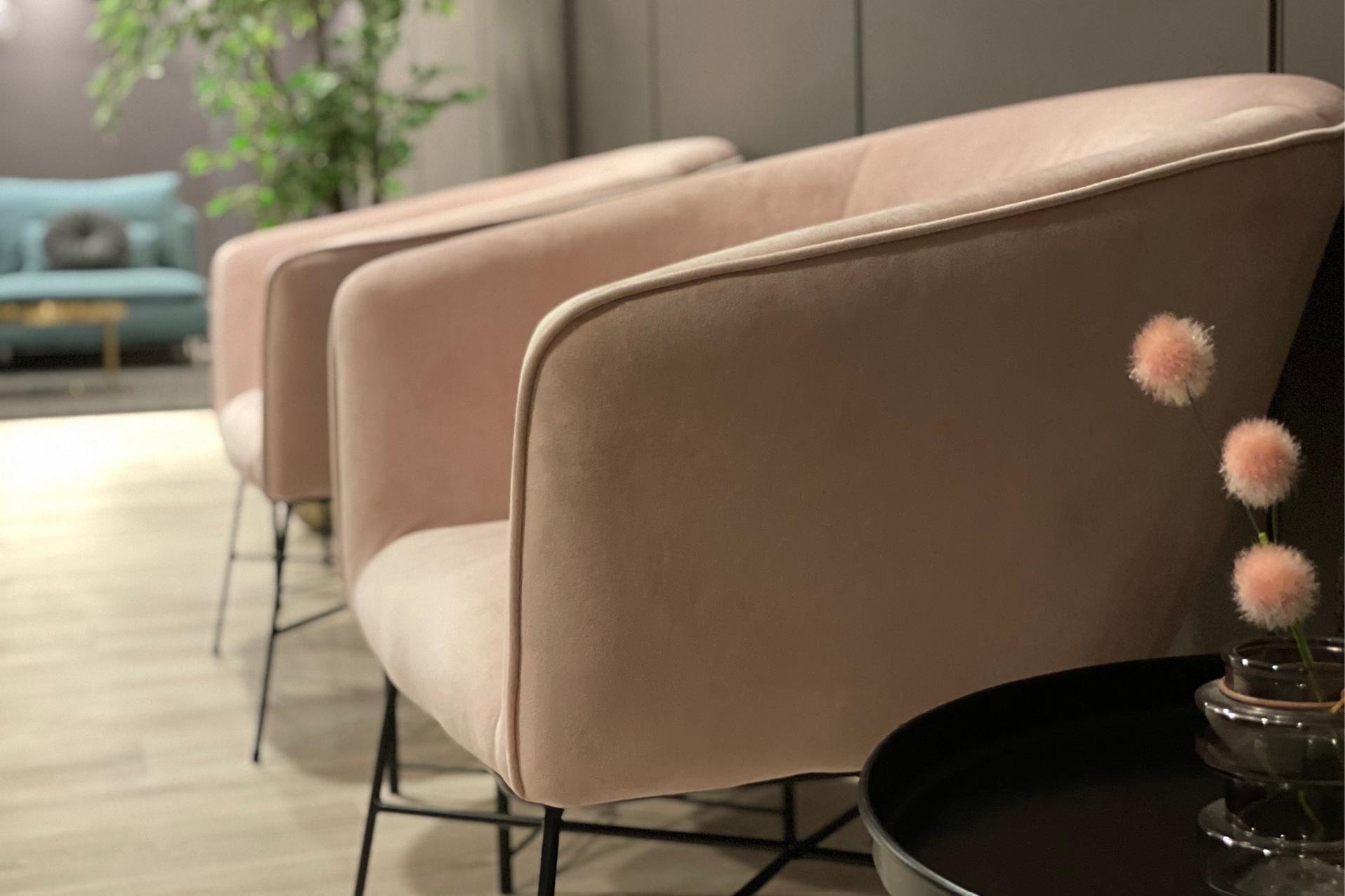 Sosial sone i kontorbygg med lyserosa lenestoler