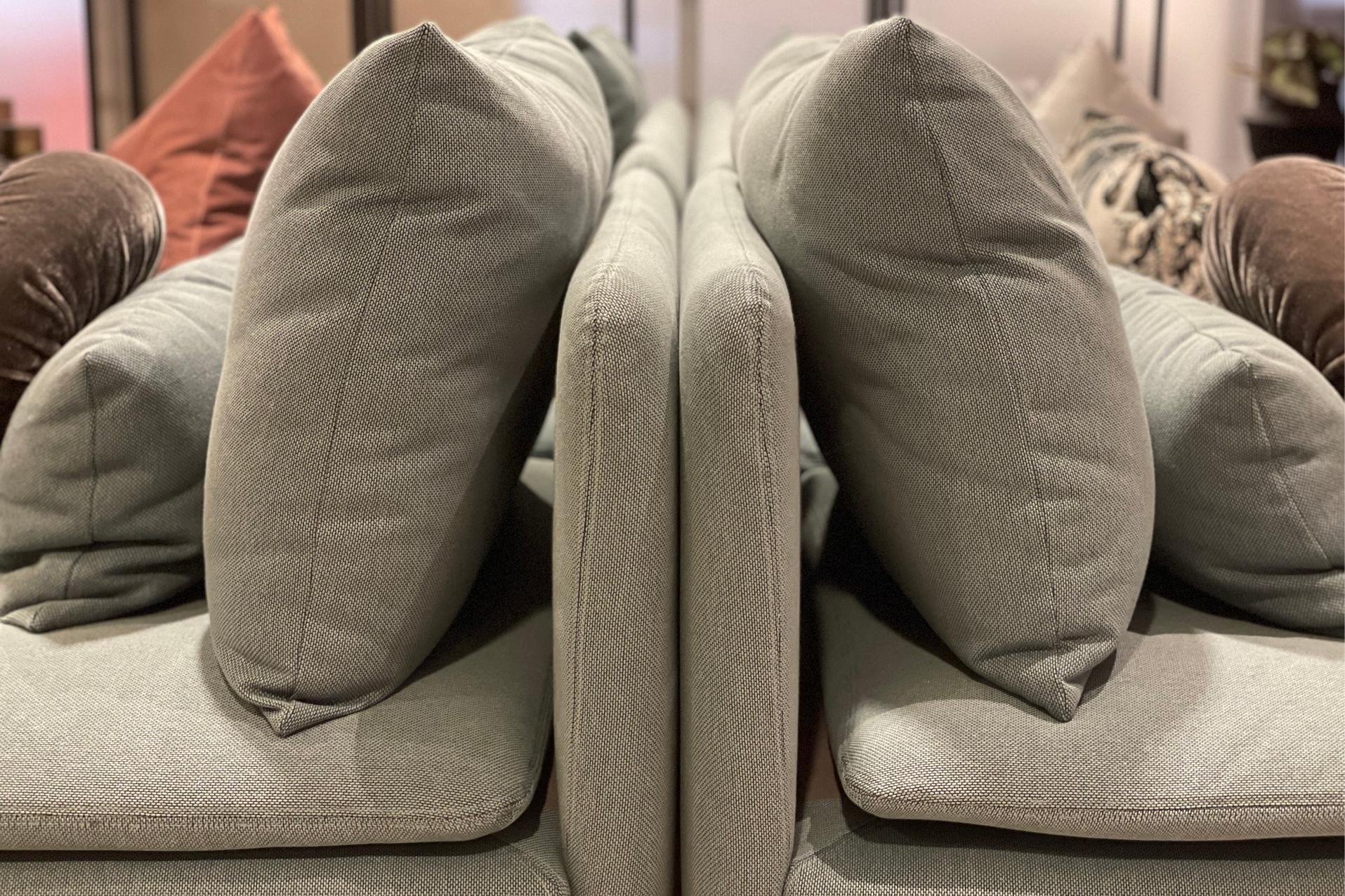 Detalj fra sofaer satt rygg mot rygg.