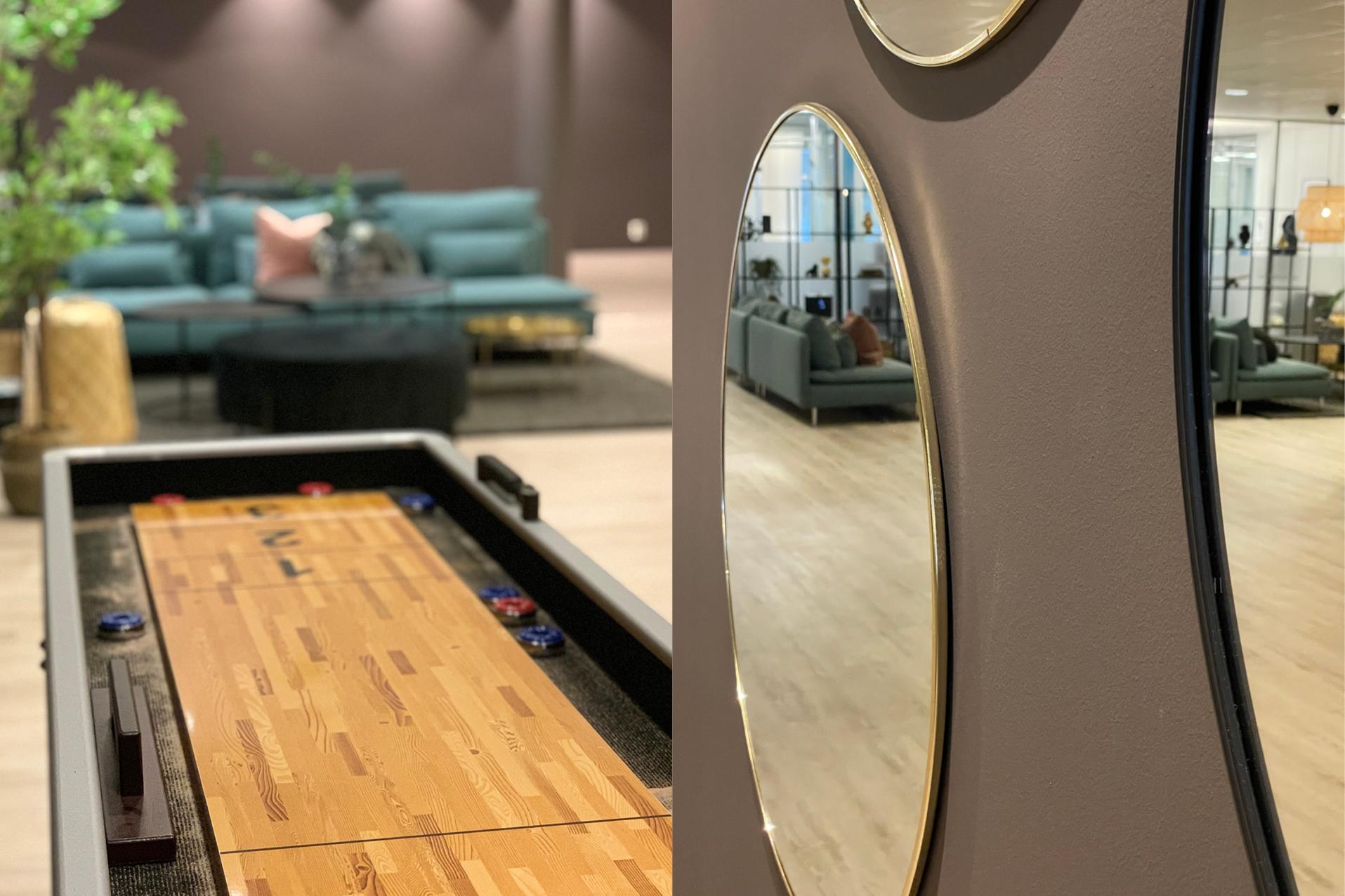 To bilder i ett. Shuffleboard med sofaer i bakgrunn. Speil på veggen med sofagruppe i refleksjonen.