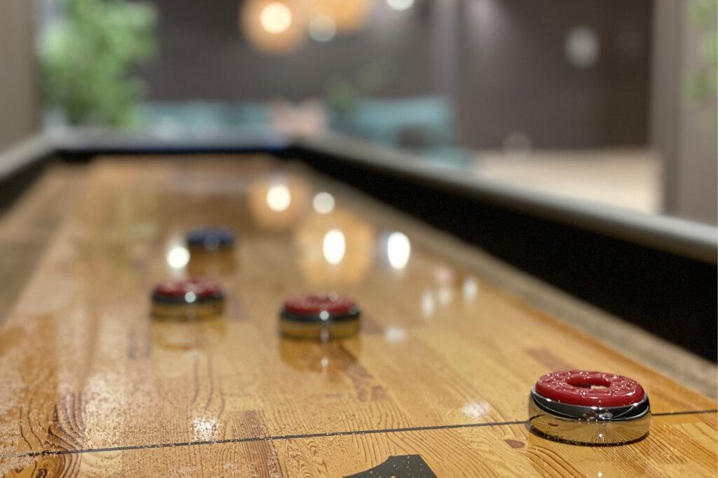 Nærbilde av shuffleboard i sosial sone